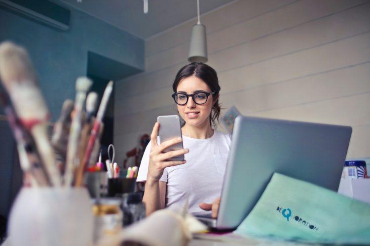 Rapariga dividida entre trabalho e redes sociais