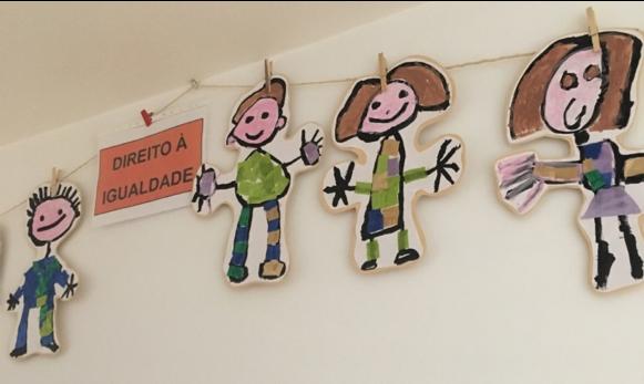 Estendal com bonecos desenhados por crianças