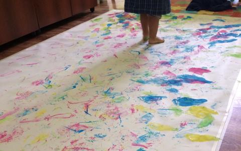 Mural com impressões palmares de crianças
