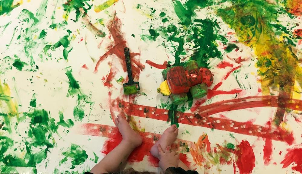 Criança pintando com os pés