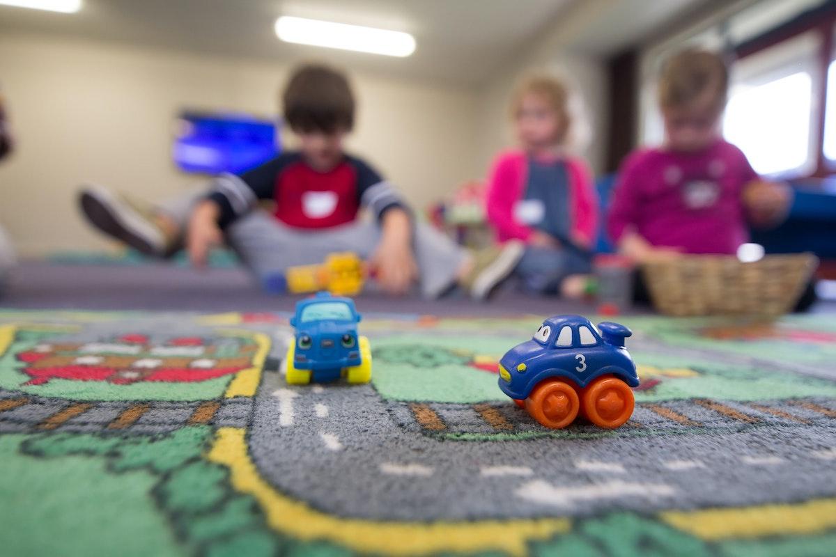Crianças brincando no chão
